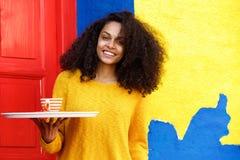 Mantenga a la mujer en el trabajo con una taza de café Fotos de archivo libres de regalías