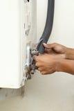 Mantenga la válvula del goteo del acondicionador de aire Fotos de archivo libres de regalías