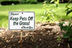 Mantenha animais de estimação fora da grama! Fotos de Stock