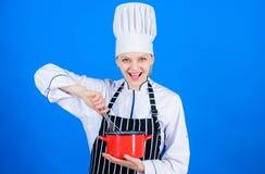 Mantenha bater Cozinheiro feliz da mulher que bate à mão Padeiro profissional que faz o bolo batendo o método Batendo o utensílio imagens de stock royalty free