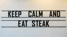 Mantenha calmo e coma o sinal do bife Imagens de Stock Royalty Free