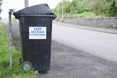 Mantenha estradas desarrumam o sinal livre na borda da estrada no escaninho do wheelie fotografia de stock