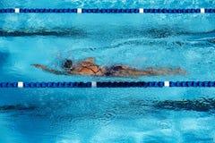 Mantenha o ajuste através dos regaços da natação na piscina imagens de stock royalty free