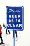 Mantenha o sinal desobstruído da área na inclinação do esqui. fotografia de stock