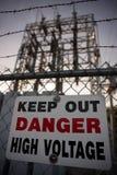 Mantenha para fora o sinal da alta tensão do perigo Fotos de Stock Royalty Free