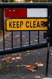 Mantenha sinal claro o fim bloqueado da rua acima Foto de Stock Royalty Free