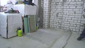 Manteniendo el lugar de trabajo limpio en el emplazamiento de la obra metrajes
