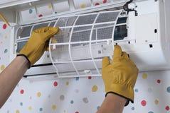 Mantenimiento de acondicionadores de aire fotografía de archivo libre de regalías