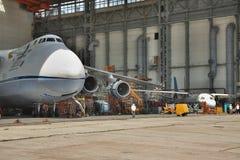 Mantenimiento de Antonov An-124 Ruslan Imagen de archivo libre de regalías