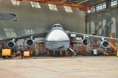 Mantenimiento de Antonov An-124 Ruslan Fotos de archivo libres de regalías