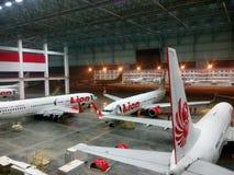 Mantenimiento de aviones del hangar fotografía de archivo