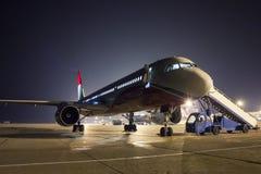 Mantenimiento de aviones en la noche Imagen de archivo libre de regalías