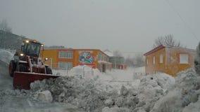 Mantenimiento de carreteras del invierno - ruede la nieve del claro del cargador de las calzadas a la guardería