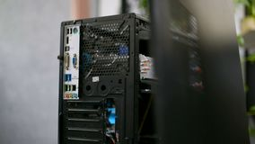 Mantenimiento de computadora personal de la reparación de la caja de la PC que pone la cubierta negra del caso almacen de video