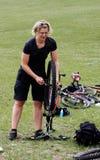 Mantenimiento de la bici de montaña Imagen de archivo libre de regalías