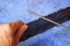 Mantenimiento de la motosierra, afilando correctamente Foto de archivo libre de regalías