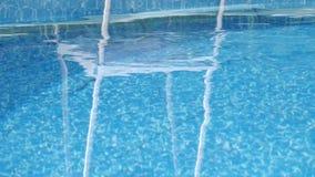 Mantenimiento de la piscina - flote con la preparación para el tratamiento de aguas almacen de metraje de vídeo