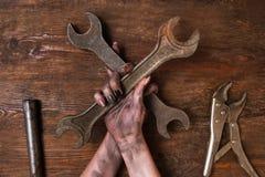 Mantenimiento de madera del servicio del fondo de dos llaves inglesas foto de archivo libre de regalías
