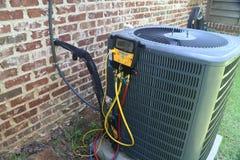 Mantenimiento del acondicionador de aire, bobina del condensador del compresor fotos de archivo libres de regalías