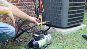 Mantenimiento del acondicionador de aire, bobina del condensador del compresor almacen de video