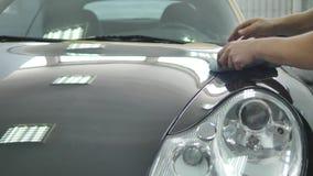 Mantenimiento del coche - polaco de un coche negro almacen de metraje de vídeo