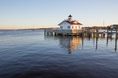 Manteo公开船坞和灯塔 免版税库存照片