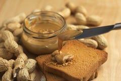 Mantequilla de cacahuete con los bizcochos tostados Fotografía de archivo libre de regalías