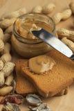 Mantequilla de cacahuete con los bizcochos tostados Fotos de archivo