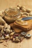 Mantequilla de cacahuete con los bizcochos tostados Foto de archivo