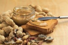 Mantequilla de cacahuete con los bizcochos tostados Imagen de archivo libre de regalías