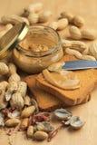 Mantequilla de cacahuete con los bizcochos tostados Foto de archivo libre de regalías