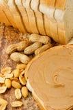 Mantequilla de cacahuete cremosa con los cacahuetes Fotos de archivo