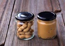 Mantequilla de cacahuete cremosa hecha fresca en un tarro de cristal imágenes de archivo libres de regalías