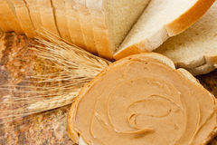 Mantequilla de cacahuete en el pan Fotografía de archivo libre de regalías