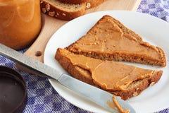 Mantequilla de cacahuete en tostada imagen de archivo