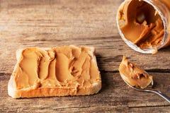 Mantequilla de cacahuete en tostada imagen de archivo libre de regalías