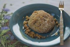 Mantequilla de cacahuete libre del vegano del gluten riquísimo Biscut en Teal Plate Imagen de archivo libre de regalías
