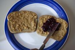 Mantequilla de cacahuete y emparedado de la jalea foto de archivo libre de regalías