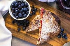 Mantequilla de cacahuete y tostada francesa del atasco Fotos de archivo libres de regalías