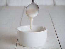 Mantequilla de coco, crema o urbech orgánica cruda Fotos de archivo libres de regalías