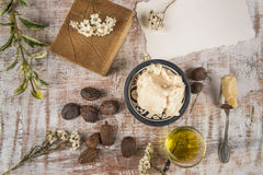 Mantequilla de mandingo con el producto y las nueces del mandingo Imagenes de archivo