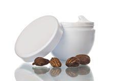 Pote de mantequilla y de nueces de mandingo Imágenes de archivo libres de regalías