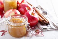 Mantequilla de manzana hecha en casa en los tarros de cristal Imagen de archivo