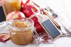 Mantequilla de manzana hecha en casa en los tarros de cristal Foto de archivo libre de regalías
