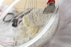 Mantequilla de mezcla con la harina Imagen de archivo libre de regalías