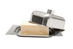 Mantequilla en el plato de mantequilla de plata aislado Imagenes de archivo