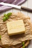 Mantequilla en la placa de madera Productos lácteos Imagen de archivo libre de regalías