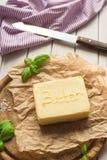 Mantequilla en la placa rústica de madera Foto de archivo libre de regalías