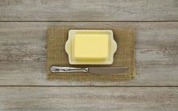Mantequilla en plato con el cuchillo Fotografía de archivo libre de regalías
