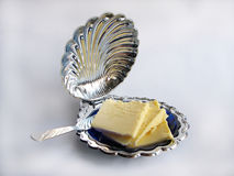 Mantequilla en un butterdish imágenes de archivo libres de regalías